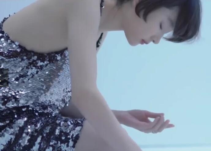【养眼】周冬雨素妆封面 恬静素雅宛如仙女坠落人间