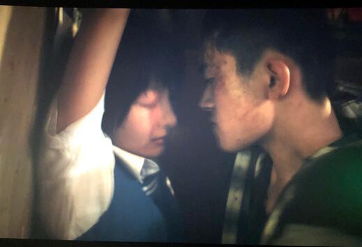 【热议】周冬雨易烊千玺吻戏是借位吗 2场吻戏男方的表情亮了